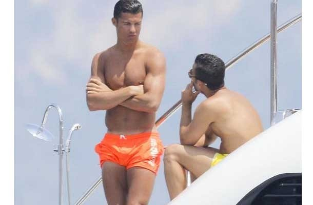 Cristiano Ronaldo le toca el pene a un hombre en traje de ...